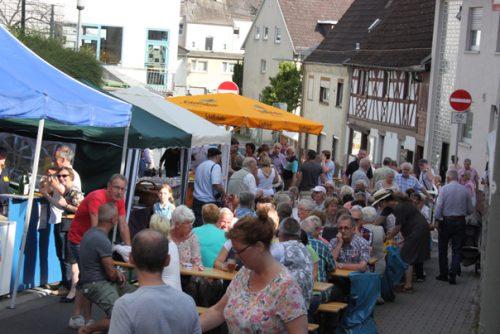 Alle Bänke auf dem Straßenfest waren besetzt. Foto: Krüger