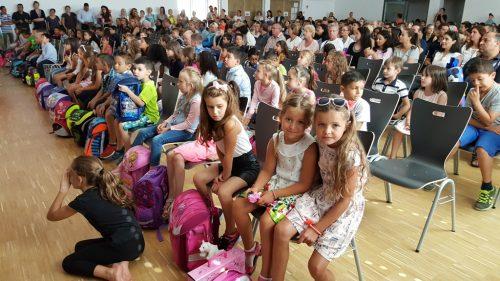 Aleksandra Prokic, vorne links und Lena Korcz, vorne rechts freuen sich über den Schulanfang und wollen jetzt gleich ihre Klassenlehrerin kennen lernen.