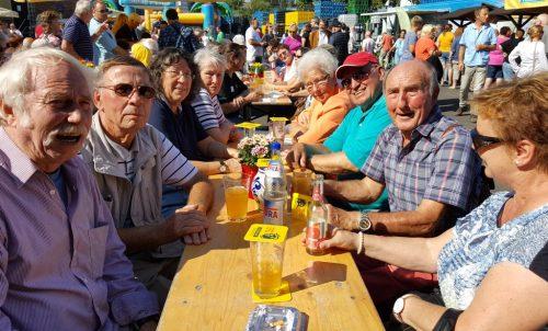 """Die Wanderfreunde des Volkshausvereins nutzten den schönen Tag und tranken einen """"Schoppen"""" auf dem Kelterfest."""