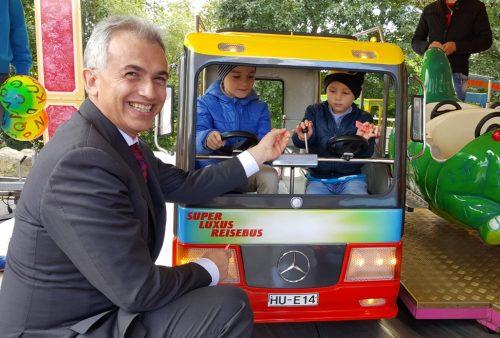 OB Peter Feldmann erfreute mit Chips die Kinder im Kinderkarussell.