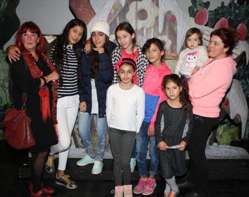 Unter den Besuchern auch Branka Pajalic, links, mit Kindern aus dem nahen Flüchtlingsheim in Sossenheim.