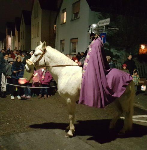 """""""Sankt Martin"""" auf dem Pferde führte den Laternenumzug an."""
