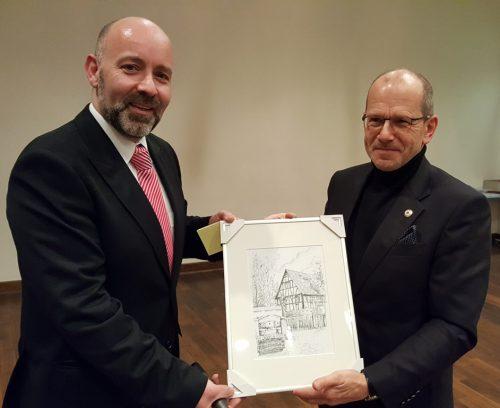 Jochen Lüdicke ehrte er Bernd Flade (rechts) für 24 Jahre Vorsitzender der SG Sossenheim. Foto: Krüger