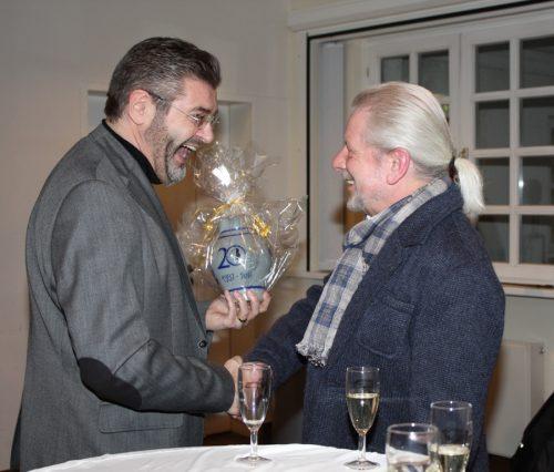 """Franz Kissel (links) überreicht Peter Kullmann freudig einen Bembel mit dem Emblemen """"20 Jahre Kultur- und Förderkreis-Sossenheim"""". Foto: Krüger"""