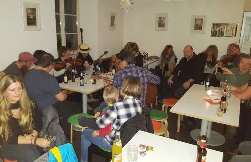 Familiär ging es zu in der Irish-Pub-Night im SOS-Familienzentrum. Foto: Krüger