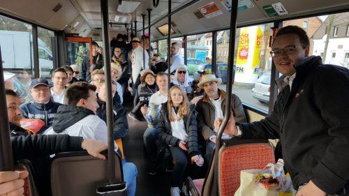 Per Sonderfahrt im voll besetzten Bus nach Frankfurt.